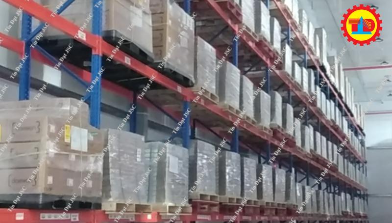 Hàng hóa trên kệ kho lạnh - dự án Tín Đạt JSC