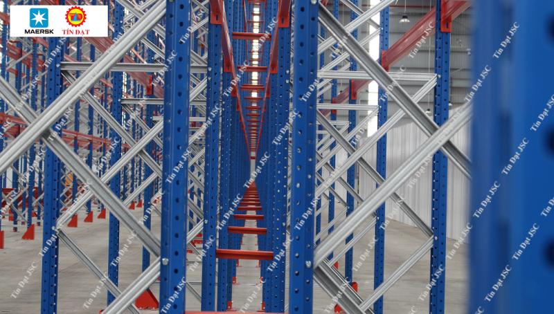 Hình ảnh kệ chứa hàng nhà kho chứa hàng của Maersk