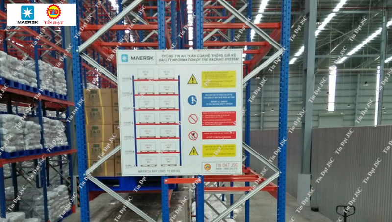 Biển báo tải trọng trong nhà kho chứa hàng của Maersk