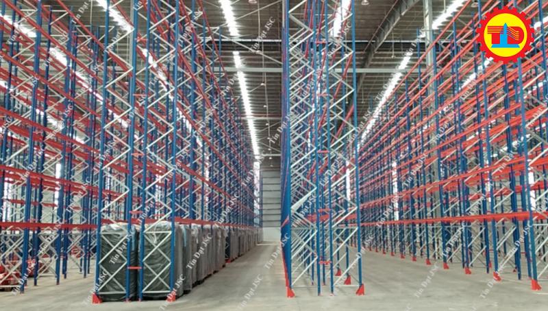 Hình ảnh kệ chứa hàng trữ hàng nhà kho chứa hàng của Maersk